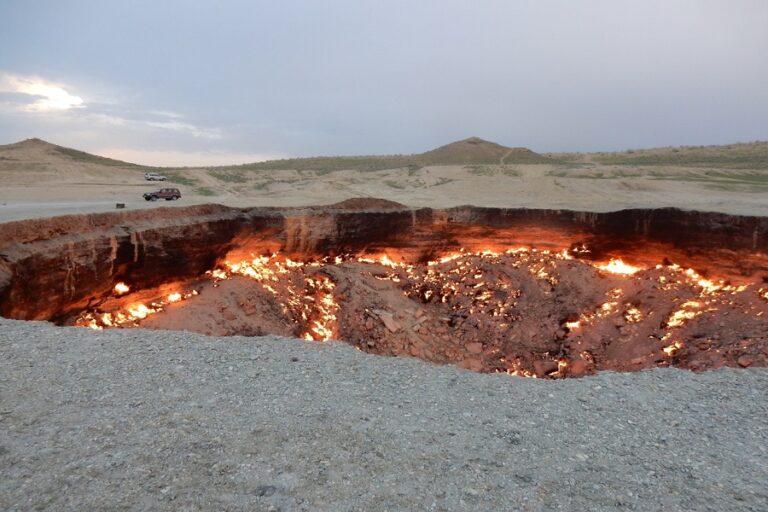 Darvaza Gas Crater - Door to Hell (1)